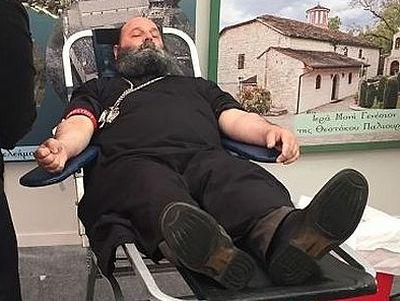 Митрополит Янины Максим принял участие в донорской акции