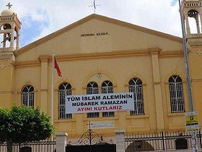 Турецкая провокация: баннер с мусульманскими надписями вывесили на входе в православный храм