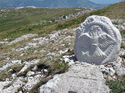 Вандалы уничтожают память о древнем храме на горе в Крыму