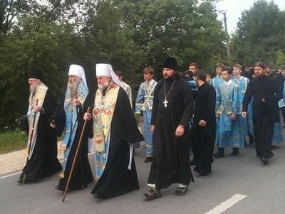 Thousands of believers join the all-Ukrainian cross procession at Pochaev Lavra