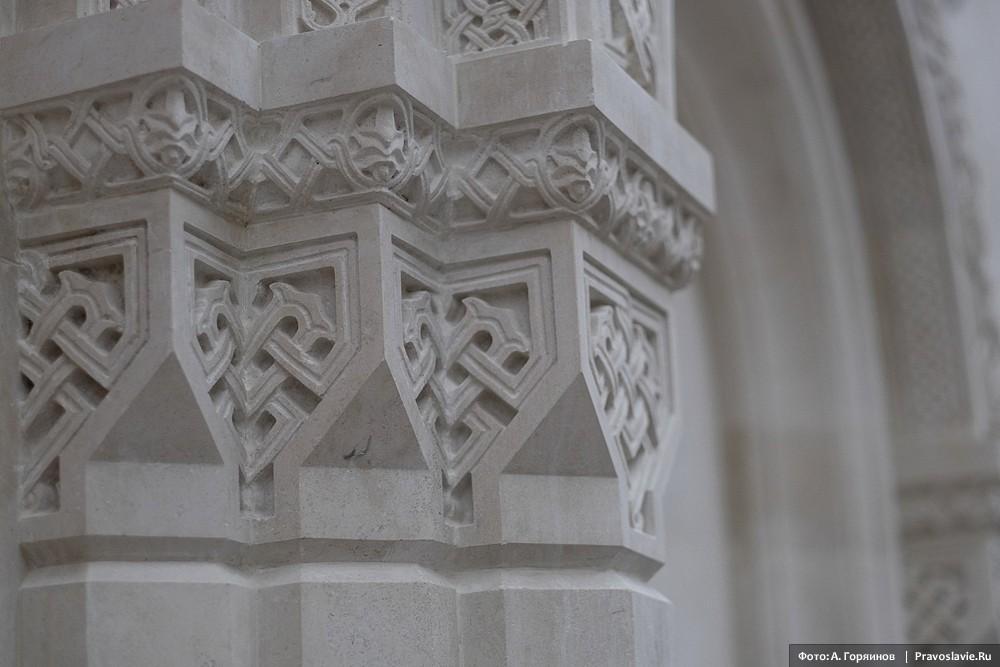 Резьба стен нового храма