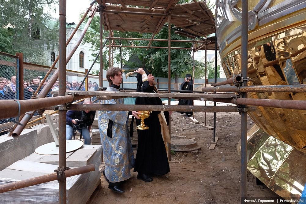 Епископ Егорьевский Тихон освящает главный купол