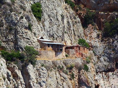 Non-commemorating Athonite monks told they must leave their cells