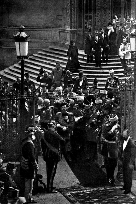 Император Николай II выходит из русского собора св. Александра Невского. Париж, 1896 г.