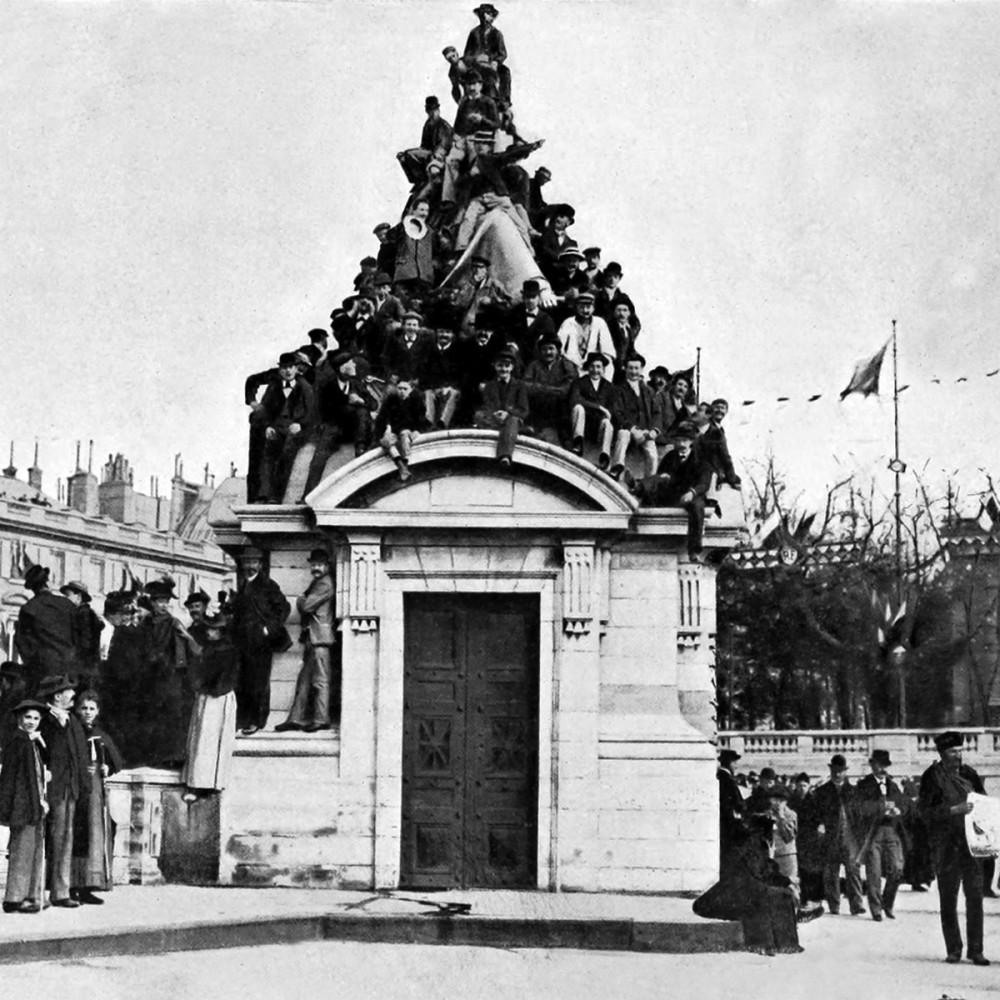 Парижане в ожидании императора Николая II и императрицы Александры, 1896 г.