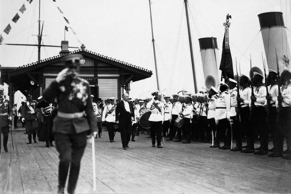 Государь и президент Франции Раймон Пуанкаре на пристани в Петергофе. Июль 1914 г.