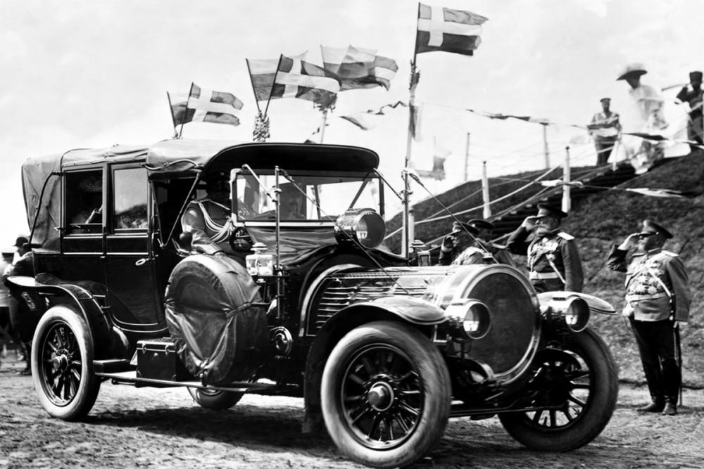 Офицеры приветствуют императора Николая II и короля Дании Фридриха VIII, 1909 г.