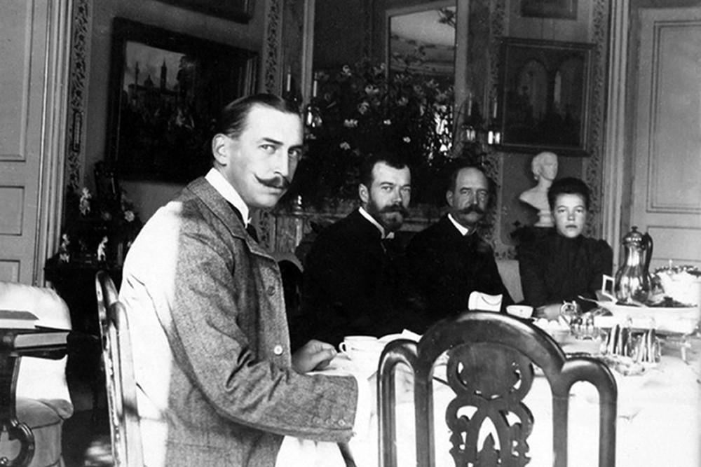 Принц греческий Николай, император Николай II, король Греции Георг I, Великая княгиня Ольга Александровна. Дворец Бернсторф, Дания.