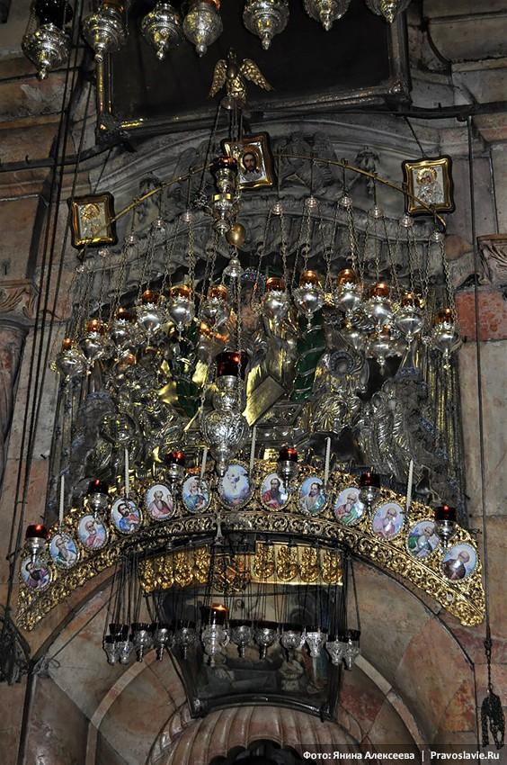 Храм Гроба Господня. Иконы и лампады над входом в Кувуклию