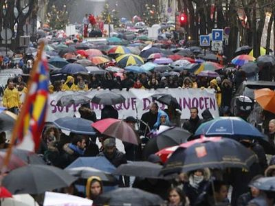 40,000 march through heavy Parisian rain to protest abortion