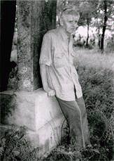 Один из немногих русских, оставшихся в Харбине, – Михаил Михайлович Мятов. Он часто приезжал на опустевшее кладбище и все его обходил. Когда уставал, всегда отдыхал у этого чудом сохранившегося памятника...