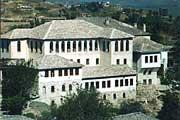 Здание Епархиального Управления Гирокастры(справа), вместе с Духовным Училищем Святого Креста. Все здание было полностью восстановлено Албанской Православной Церковью.