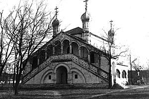 Храм Всех Святых Мучеников. На заднем плане справа отчетливо виден памятник над могилой Д.Л.Хорвата